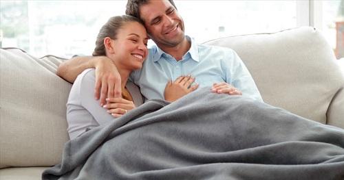 coppia sul divano